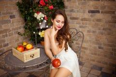 Bella ragazza in vestito da cerimonia nuziale fotografia stock