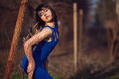 Bella ragazza in vestito da sera blu. Fotografie Stock