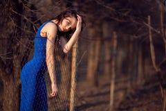 Bella ragazza in vestito da sera blu. Fotografia Stock