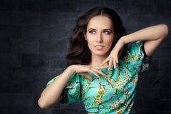 Bella ragazza in vestito dalla stampa floreale di estate Fotografia Stock Libera da Diritti