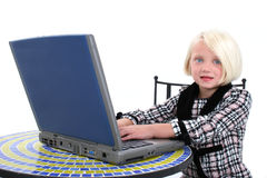 Bella ragazza in vestito di affari che lavora al computer portatile Fotografia Stock