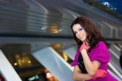 Bella ragazza in vestito ed in guanti viola Fotografia Stock