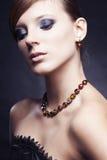 Bella ragazza in vestito nero con monili Fotografie Stock