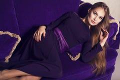 Bella ragazza in vestito porpora Fotografie Stock