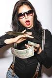 Bella ragazza in vetri con le labbra ed i soldi rossi in mani Fotografia Stock