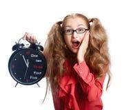 Bella ragazza in vetri con un grande orologio nel panico Fotografia Stock Libera da Diritti