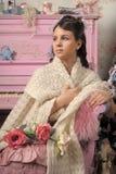 Bella ragazza vicino ad un piano rosa Fotografia Stock Libera da Diritti