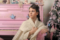 Bella ragazza vicino ad un piano rosa Fotografia Stock