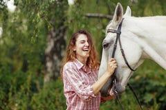 Bella ragazza vicino al cavallo Fotografia Stock Libera da Diritti