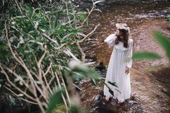 Bella ragazza vicino al fiume Immagini Stock