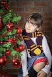 Bella ragazza vicino all'albero di Natale immagine stock