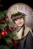 Bella ragazza vicino all'albero di Natale immagini stock