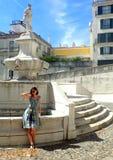 Bella ragazza vicino alla fontana a Lisbona fotografie stock libere da diritti