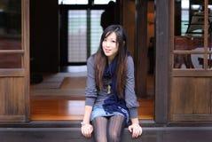 Bella regolazione della giovane signora sul portello di legno Immagine Stock