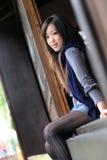 Bella regolazione della giovane signora sul portello di legno Fotografia Stock