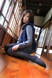 Bella regolazione della giovane signora sul portello di legno Fotografia Stock Libera da Diritti