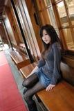 Bella regolazione della ragazza su un banco di legno Fotografie Stock Libere da Diritti