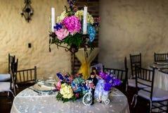 Bella regolazione della Tabella di disposizione dei fiori di nozze con le candele Fotografia Stock Libera da Diritti