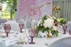 Bella regolazione della tavola con le terrecotte ed i fiori per un partito, il ricevimento nuziale o l'altro evento festivo Crist immagine stock