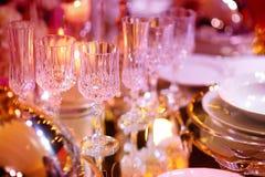 Bella regolazione della tavola con le terrecotte ed i fiori per un partito, il ricevimento nuziale o l'altro evento festivo fotografia stock
