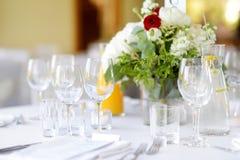 Bella regolazione della tavola con le terrecotte ed i fiori per un partito, il ricevimento nuziale o l'altro evento festivo fotografie stock