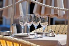 Bella regolazione della tavola in un ristorante all'aperto Fotografia Stock Libera da Diritti