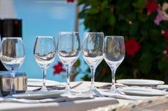 Bella regolazione della tavola in un ristorante della spiaggia Fotografia Stock