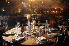 Bella regolazione festiva della tavola con la decorazione floreale su luce Fotografia Stock Libera da Diritti