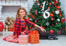 Bella rete della donna all'albero di Natale, vestito rosso Fotografia Stock Libera da Diritti