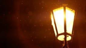 Bella retro lanterna in via europea di inverno alla notte Fotografia Stock