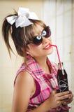 Bella retro ragazza che tiene una vecchia coca d'annata Fotografia Stock Libera da Diritti