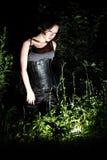Bella ricerca della ragazza qualcosa nella notte Immagine Stock Libera da Diritti