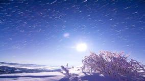Bella riflessione del cielo notturno sul lago archivi video