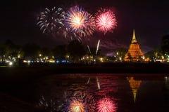 Bella riflessione del fuoco d'artificio sopra la vecchia pagoda Loy Krathong Festi immagini stock