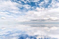 Bella riflessione dell'acqua di un cloudscape spettacolare Immagini Stock