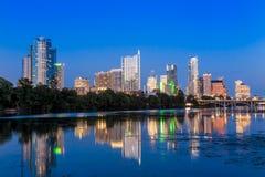 Bella riflessione dell'orizzonte di Austin a penombra fotografie stock