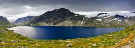 Bella riflessione della montagna e del lago a Dalsnibba, valle di Geiranger, Norvegia Immagini Stock