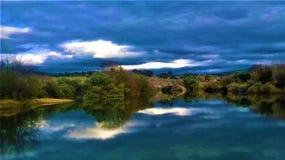 Bella riflessione su un lago fotografie stock