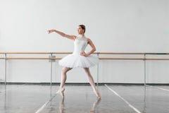 Bella ripetizione della ballerina nella classe di balletto Fotografia Stock Libera da Diritti