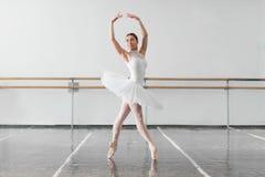 Bella ripetizione della ballerina nella classe di balletto Immagini Stock