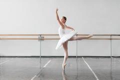 Bella ripetizione della ballerina nella classe di balletto Immagine Stock Libera da Diritti