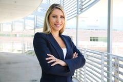 Bella riuscita donna di affari con le armi piegate Fotografie Stock Libere da Diritti