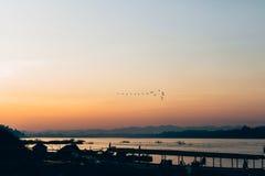 Bella riva del fiume di tramonto nella siluetta crepuscolare di tempo a Chiang Tailandia kan Fotografie Stock Libere da Diritti