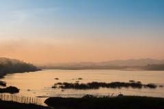 Bella riva del fiume di tramonto nella siluetta crepuscolare di tempo a Chiang Tailandia kan Fotografia Stock