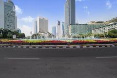 Bella rotonda dell'Indonesia dell'hotel sotto cielo blu fotografia stock libera da diritti