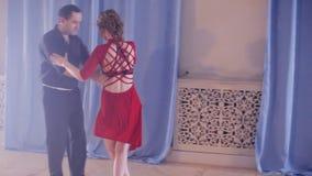 Bella rumba di dancing delle coppie archivi video