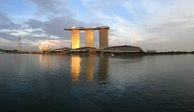 Bella ruota di Singapore Marina Bay Sands (mbs) Singapore di tramonto Fotografie Stock