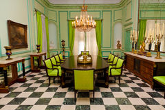 Bella sala da pranzo con il lampadario a bracci in un for Sala pranzo vecchia