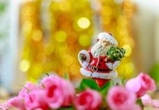 Bella Santa ceramica e rose e fondo rosa del bokeh immagini stock