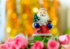 Bella Santa ceramica e rose e fondo rosa del bokeh fotografie stock libere da diritti